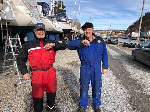 PENGER: Her sees Arild Syvertsen fra Fredrikshald Sømandsforening (th) sammen med leder Lasse Heen i Halden seilforening.