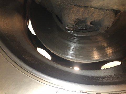 Et rumensk vogntog ble stoppet for kontroll på Svinesund. Her var det en stor oljelekkasje fra motor som sprutet på bremseskive på styrende aksel.