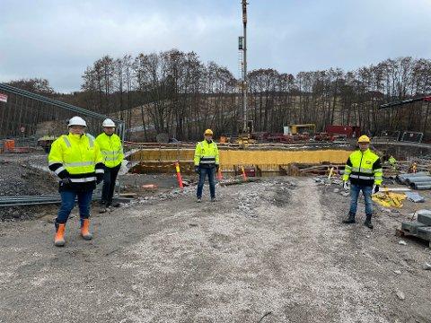 Her ved gamle Asak skole kommer det nye vannbehandlingsanlegget. Fra venstre  Marit Nilsen, Rune Løkkeberg, Tom Rune Karlsen og Tommy Høvik.