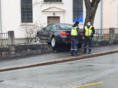 En bil kjørte inn i kirkehagen til Immanuelskirken onsdag kveld.