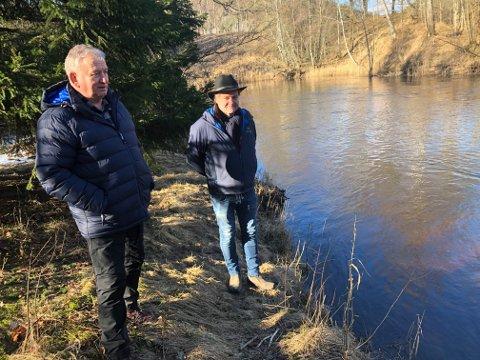 BERBY: Bjarne Granli (til venstre) og Espen Flyvholm er begge veldig glad i Berbyelva. Nå er de bekymret for elvas framtid som et eldorado for sportsfiskere.