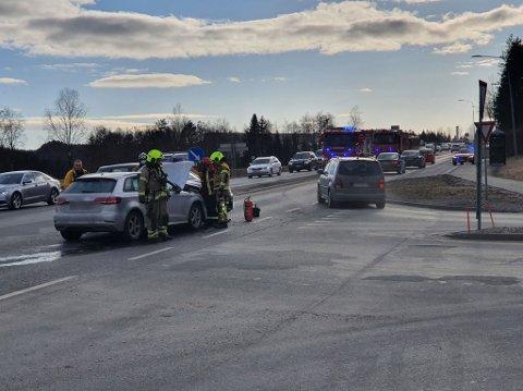 Tirsdag ved 15-tiden kolliderte to biler i krysset ved Remmen. Det er ikke meldt om noen personskader.