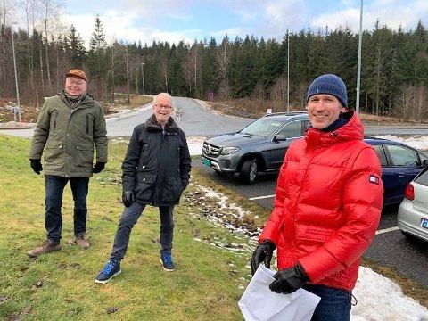 VEINAVN: Denne trioen utgjør deler av navnekomiteen som har foreslått tre nye veinavn i Halden - på Remmen og Englekor. Fra venstre Jens Bakke (SP), Freddy Fagerholt og Anders Tandberg fra Halden kommune.