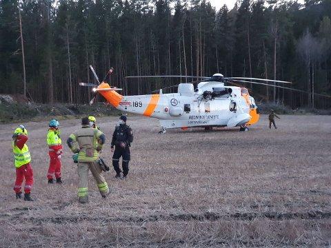 FALLULYKKE: En ung mann i slutten av tenårene falt ned en skrent og pådro seg livstruende skader i området Fiskeklev/Engevika lørdag kveld. Redningshelikopteret landet på et jorde i Eskeviken.