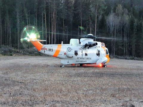 EN ULYKKE: Lørdag kveld falt en unge mann ned en høy skrent ved Engevika/Fiskeklev. Han ble fløyet til Ullevål sykehus med redningshelikopter.