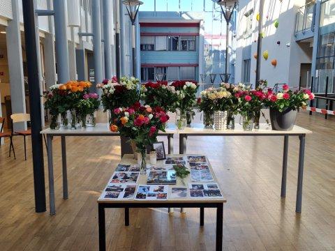 MINNES: I kantina har venner satt ut blomster og bilder i minne over en kjær venn. Mange elever finner trøst i å være sammen her.