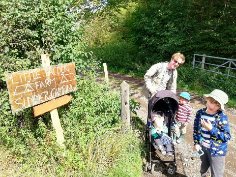 LITTLE HALDEN CAMPING: Frode med familien på den siste av fjorårets to campingturer. - Vi var på Little Halden Farm i Kent, i et område som heter High Halden. Vi har peila oss inn på den i et par år på grunn av navnet. Vi fikk endelig dratt i dit sommer. Liker Kent veldig godt uansett, så var en flott tur. Enda godt camping var tillatt, ellers hadde det blitt en stusselig sommer, sier han.