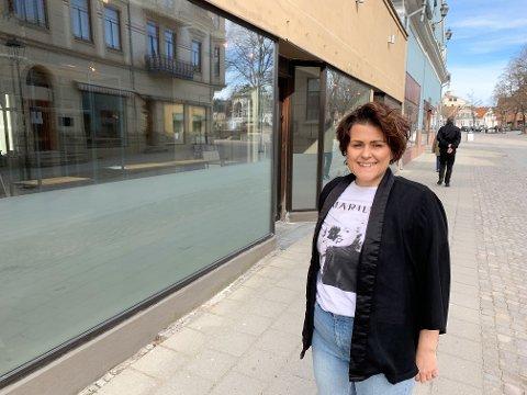 GLEDER SEG: Katrine Gulbrandsen ser fram til å flytte frisørsalongen Bark inn i nyoppussede lokaler i gågata.