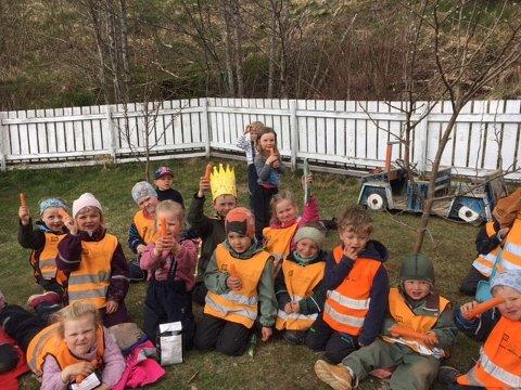 NORSK MAT: Her har barna i Skogkanten naturbarnehage fått utdelt norske produkter av medlemmer i Berg Bondelag og Berg Bygdekvinnelag.