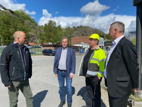 Trygve Slagsvold Vedum var oppriktig interessert da fabrikksjef Kjell Arve Kure, tillitsvalgt Paul Kristiansen og konserndirektør Sven Ombudstvedt fortalte om grønt skifte og kompetansearbeidsplasser.