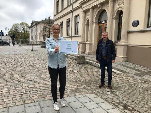 Varaordfører Linn Laupsa (Ap) og innkjøpssjef Trond Sydskogen har fått beviset på at Halden kommune er en Fairtrade-kommune.