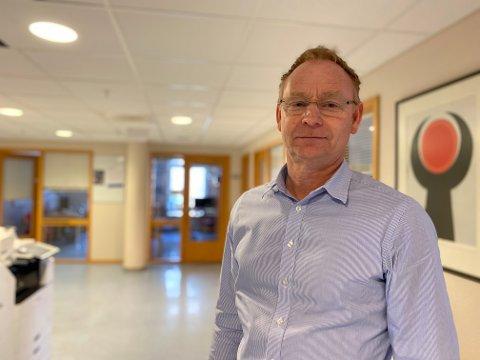 Kommunedirektør Roar Vevelstad peker på nytt på krisesentereralternativet i Sarpsborg.