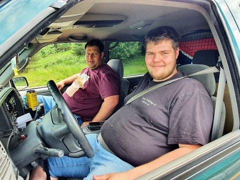 BLIDE I KØ: Martin og André Pedersen var på handletur i Sverige lørdag. De ventet rundt en time i kø for å komme inn i Norge igjen.