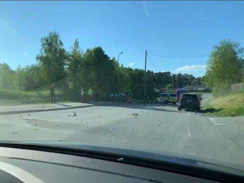 Onsdag kveld rykket nødetatene ut til en frontulykke mellom en buss og en personbil rett ved Brekkerød i Halden.