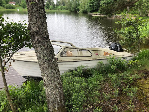 EIER DU DENNE BÅTEN?: Hvis du eier denne båten i Aremark, ber politiet om at du tar kontakt med dem.