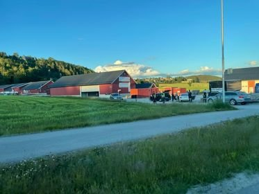 STOPPET: En hvit personbil ble stoppet på Idd av toll og politi. Av de tre personene i bilen viste det seg å være én person med innreiseforbud i Norge. De tre personene blir avhørt på stedet.