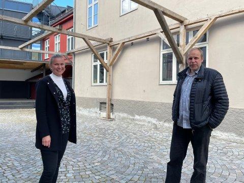 TAK TIL BESVÆR: Ole Kristian Sørlie og advokat Marion Nordenhaug i bakgården til Torget, der den omstridte takkonstruksjonen befinner seg.