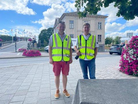 Andreas Ebeltoft (th) skal i gang med et stort prosjekt med å dokumentere alle verneverdige bygg i Halden. Til venstre prosjektleder Bernt Henrik Hansen fra Halden kommune.
