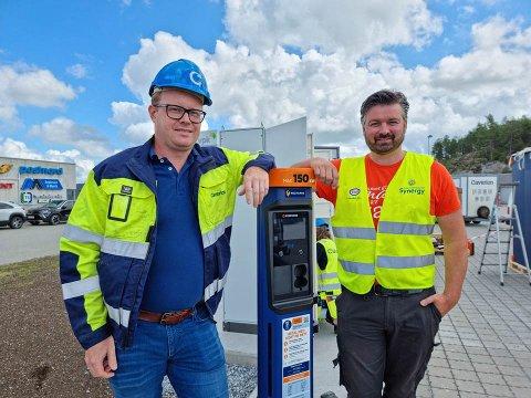 SATSER GRØNT: Tor Egil Ellnes fra Caverion Norge AS og daglig leder for Esso - Deli de Luca Svinesundsparken Fredrik Stensrød følger spent med på installasjonen av de åtte nye 150 kilowatts ladestasjonene.