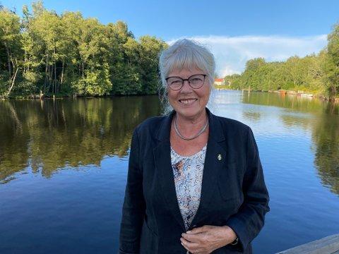 GLAD: Ordfører Anne-Kari Holm kan med glede si at Halden kommune kan tilby framskyndet andre vaksinedose til grensependlere. På den måten kan de som krysser grensa få en lettere jobb- eller skolehverdag.