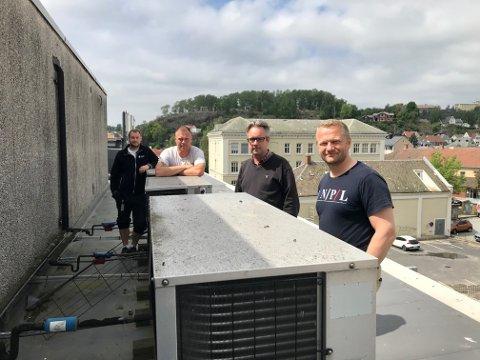 Vaktmestrene Dan Werner Heltorp, Vidar Thoresen, Lars-Espen Pettersen i Halden kommune og Thomas Gloslie fra HKP på taket av rådhuset. Her skal kjøleanlegget fra helsehuset monteres.