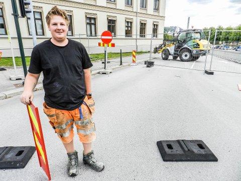 ÅPNER: Her fjerner en blid Jesper Berg sperringene.