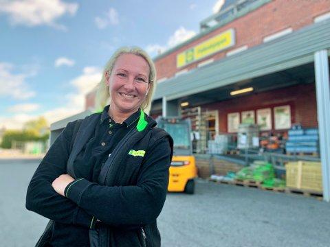 TRIVES: Torhild Grimseth Huseby er konstituert butikksjef i Halden og stortrives i jobben.  – Her er det fantastisk å jobbe. Det er så fine folk jeg jobber sammen med, sier hun.