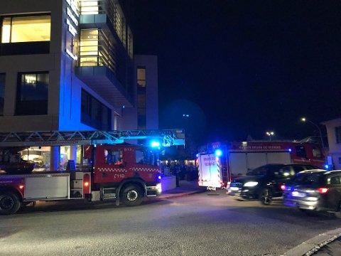 Brannvesen og politi har rykket ut til en brannalarm i Kynningsrudbygget fredag kveld.