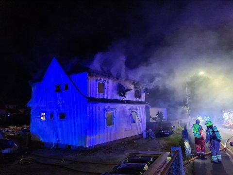 MYE RØK: Brannen i Dyrendalsveien førte til mye røk i området. Etter 10-15 dramatiske minutter etter at brannvesenet ankom, ble tre savnede personer gjort rede for.
