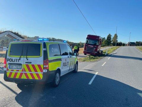 En lastebil har kjørt ut av veibanen og truffet en lyktestolpe på riksveien i Aremark.