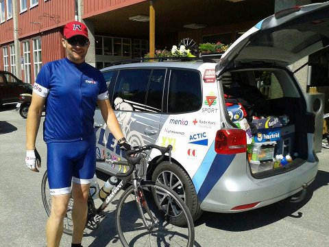 SYKLER IGJEN: Han syklet fra Hamar til Trondheim og tilbake igjen. Nå er han i gang med å planlegge ny tur til neste år. Men først skal han sykle 12 timer på Stortorget. (Foto: Hege Sletli)