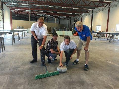 BYGGER CURLINGHALL: Det blir ny curlinghall i Stangebyen. Fra venstre: Kjell Bjørseth, Gjermund Trøan, Dan Cato Røe og Terje Skogvold. (Foto: Jan Morten Frengstad)