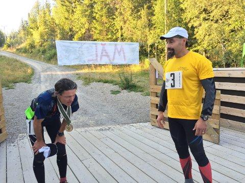 I MÅL: – Hva synes du om løypa mi? sier Fulvio Øksendal (høyre) til Arne Martinus Lindstad som nettopp er kommet i mål.