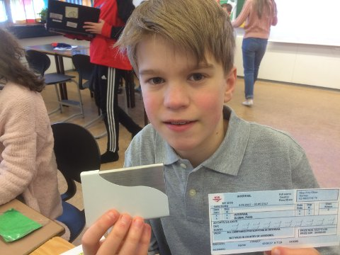 BILLETT: Elias Frey Olsen har fått sin personlige Interrail-billett.