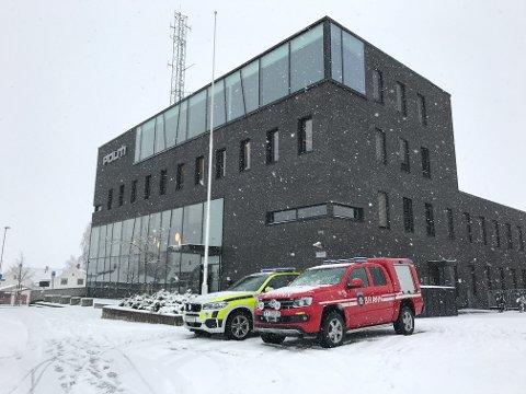FELLES: Overgangen ble  symbolisk markert med en politi- og brannbil parkert utenfor politihuset i Hamar.