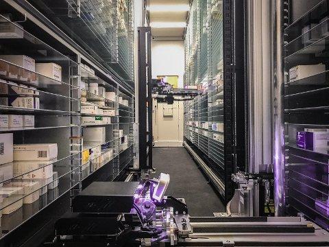 INNE: Slik ser det ut innvendig, robotrommet som huser rundt 10.000 forpakninger med medisiner.