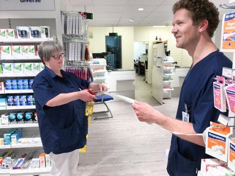 KLIPPET SNOREN: Mangeårig sykehusapotekansatt og farmasøyt, Laila Stenbrenden, fikk æren av å klippe av snoren når apoteket ble gjenåpnet. Til høyre står sykehusapoteker Knut Raanaa.