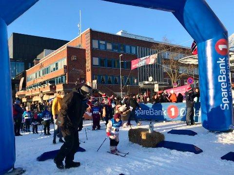 PERFEKT: Over 200 barn deltok på barneskirennet midt i sentrum. I perfekt vintervær.
