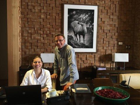 KOLLEGER: Ole Røhnebæk i resepsjonen sammen med kollega Joeli Perez.