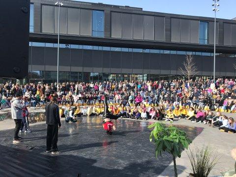 FULLT: Den sosiale ringen på Stortorget ble fyll opp under danshowet lørdag.