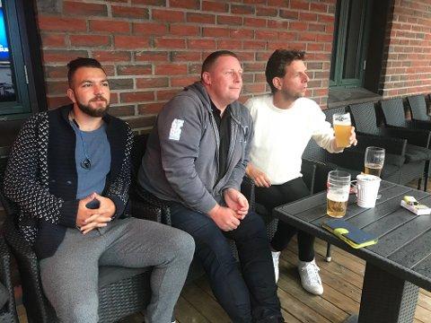 HOLDT UT: Mert Gursoy, Frode Johansen og Tommy Kristiansen så Tunisia - England på Gregers-verandaen i regnvær-