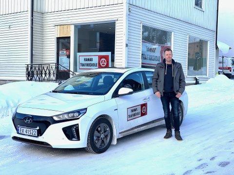 ELEKTRISK: Kjøreskolelærer Tommy Ofstad fikk i forrige uke Hamars første el-skolebil. Han har fått fra å være skeptiker til el-bilfrelst.