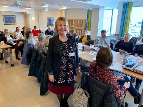 KURSHOLDER: Wenche Fjeld hos Utviklingssenter for sykehjem og hjemmetjenester i Hedmark foran kursdeltakerne inne på Parkgården.