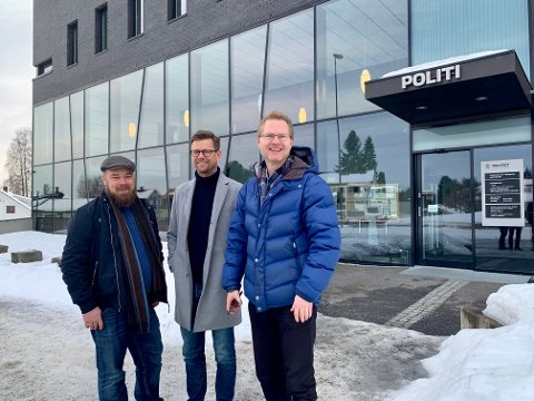 LØFT: Truls Gihlemoen, Geir Byberg og Tor André Johnsen gleder seg over ekstrabevillinger til Innlandet Politidistrikt.
