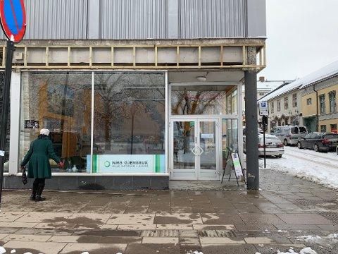 I STRANDGATA: En nedlagt restaurant i Strandgata har blitt til bruktbutikk.