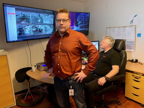 KONTROLLROM: Daglig leder Ståle Solberg sammen med skiftleder Bjørn Hoff i kontrollrommet til OnSite Security.