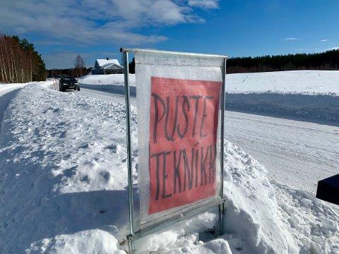 I VEIKANTEN: Ute i veikanten viser skiltet veien til en bedre pusteteknikk.