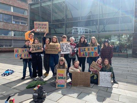 MOTIVERTE: Barn og ungdom fortsatte klimaprotestene utenfor rådhuset i Hamar.