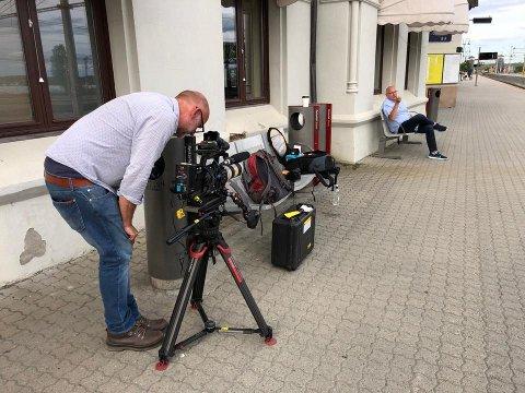 PÅ PERRONGEN: Her sitter Tor Inge Martinsen på Hamar stasjon under TV-opptakene. Folkene fra det britiske TV-selskapet Channel 5 var svært interessert i Hamar.