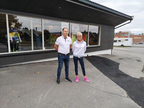 GOD BELIGGENHET: Et steinkast fra Maxi åpner Bekken &Strøm og får renseriet til May Britt Lillevold med på laget.